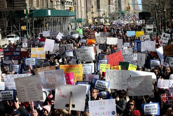 Milhares de manifestantes se reúnem no Central Park West em protesto pelo controle de armas nos Estados Unidos as armas