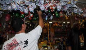 Venda de ovos de chocolate neste sábado (4), último dia antes do domingo de Páscoa (José Cruz/Agência Brasil)