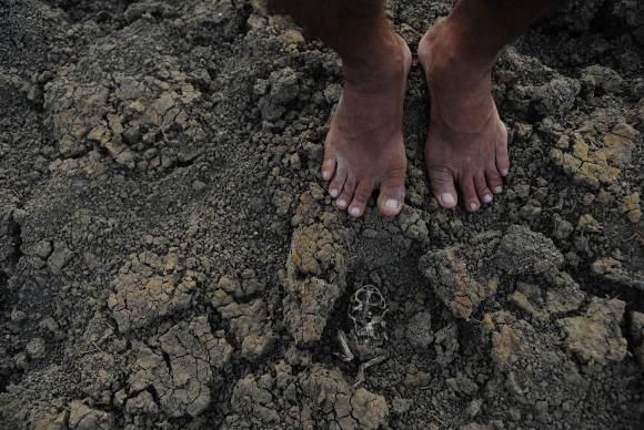 Quixadá - Estiagem no reservatório conhecido como Açude da Pista, que abastecia moradores da comunidade Engano, no distrito de Riacho Verde, em Quixadá, sertão central do Ceará.