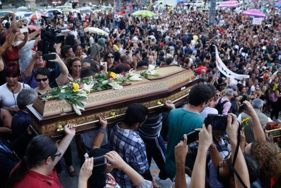 Rio de Janeiro - O corpo da vereadora Marielle Franco e do motorista Anderson Gomes deixa Câmara do Rio sob aplausos e pedidos por justiça (Fernando Frazão/Agência Brasil)