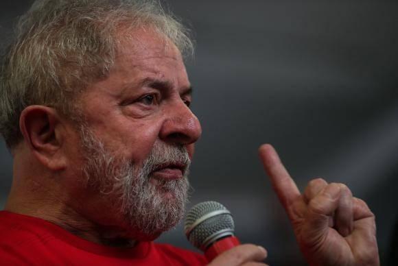 Ex-presidente Luiz Inácio Lula da Silva discursa no Sindicato dos Metalúrgicos do ABC, em São Bernardo do Campo, onde acompanha julgamento de recurso contra condenação no caso do triplex do Guarujá (EFE/Fernando B