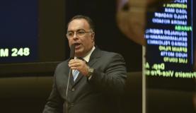 Brasília - O vice-presidente da Câmara, deputado André Vargas, fala no Plenário da Câmara sobre o uso de um avião emprestado (José Cruz/Agência Brasil)