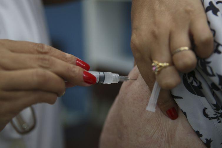 Brasília - O Ministério da Saúde promove o Dia D de Vacinação contra a gripe em postos de todo o país. A expectativa é imunizar, até o próximo dia 26, cerca de 90% das 54,2 milhões de pessoas que estão no público-alvo da campanha (Marcello