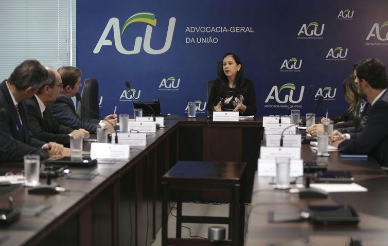 A advogada-geral da União, ministra Grace Mendonça coordena a primeira reunião da câmara instaurada para a conciliação da questão do auxílio-moradia para magistrados.