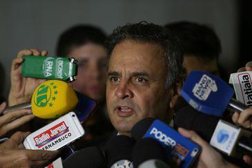 Brasília - Senador Aécio Neves (PSDB-MG) fala à imprensa após o STF aceitar denúncia da PGR contra ele, pelos crimes de corrupção passiva e obstrução de Justiça