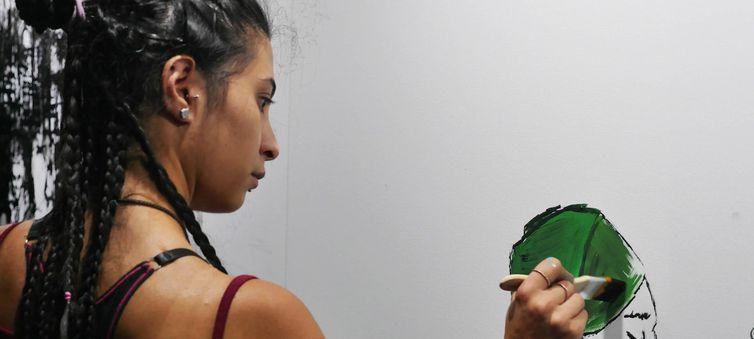 Lana, uma refugiada síria, participa de uma oficina de criatividade na Argentina