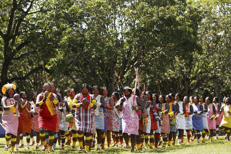 Brasília - Indígenas de todo Brasil fazem manifestação no Acampamento Terra Livre