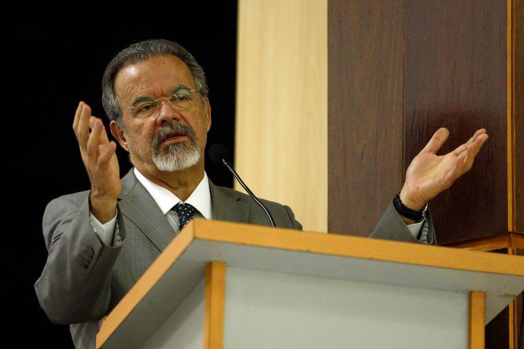 O ministro da Segurança Pública, Raul Jungmann, fala durante cerimônia de posse do novo superintendente da Polícia Federal no Rio de Janeiro, delegado Ricardo Andrade Saadi, na sede da PF.