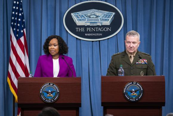 A porta-voz do Departamento de Defesa dos Estados Unidos, Dana W. White, e o diretor do Estado-Maior dos Estados Unidos, general Kenneth F. MacKenzie Jr, falam sobre a ofensiva à Síria (Agência EFE/Direitos reservados)