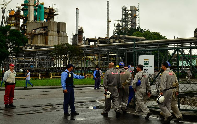 Cubatão(SP) - Trabalhadores terceirizados adentram a refinaria de Cubatão, durante a greve dos petroleitos (Rovena Rosa/Agência Brasil)
