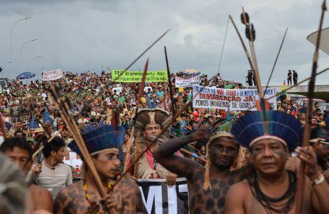 Índios que participam do Acampamento Terra Livre (ATL) fazem manifestação em frente ao STF. O ato tem como objetivo defender o efetivo respeito aos direitos indígenas (Valter Campanato/Agência Brasil)