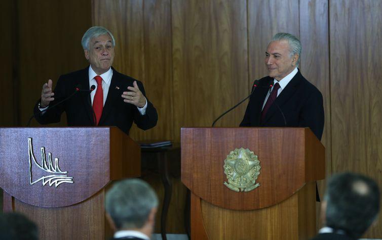Os presidentes Sebastián Piñera, do Chile e Michel Temer, do Brasil, falam à imprensa, no Palácio do Planalto