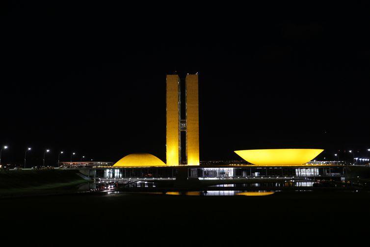Congresso Nacional é iluminado em apoio à campanha de conscientização no trânsito conhecida como Maio Amarelo.