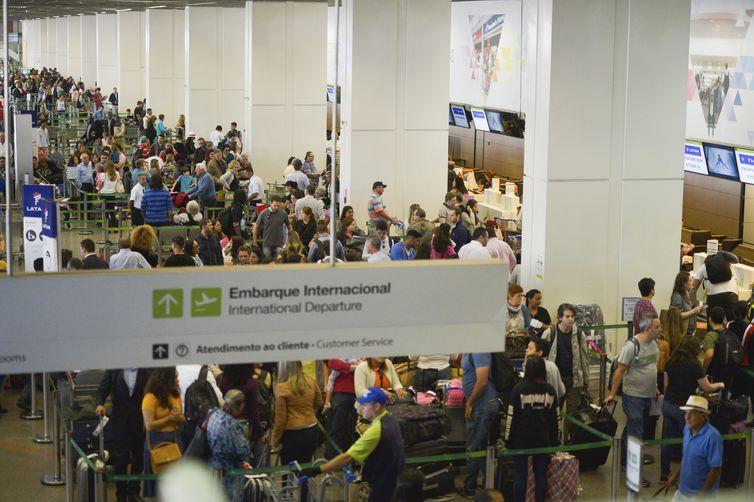 Brasília - A inspeção de bagagens nos aeroportos do país está mais rigorosa. Começam a valer as novas determinações da Agência Nacional de Aviação Civil para garantir maior segurança nos voos (José Cruz/Agência Brasil)