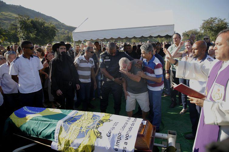 Enterro do capitão policial militar Estefan Cruz Contreiras, lotado no 18º batalhão de Jacarepaguá, no Cemitério Jardim da Saudade, em Sulacap