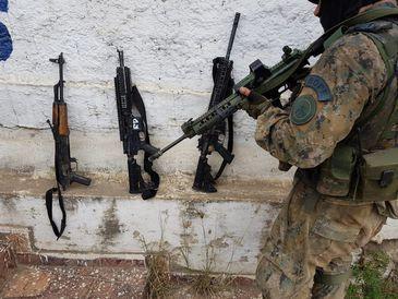 Policiais aprendem fuzis em operação na zona norte do Rio