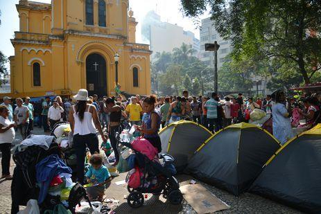 São Paulo - Desabrigados do prédio que desabou após incêndio acampam em frente a Igreja Nossa Senhora do Rosário dos Homens Pretos, no Largo do Paissandu, região central.
