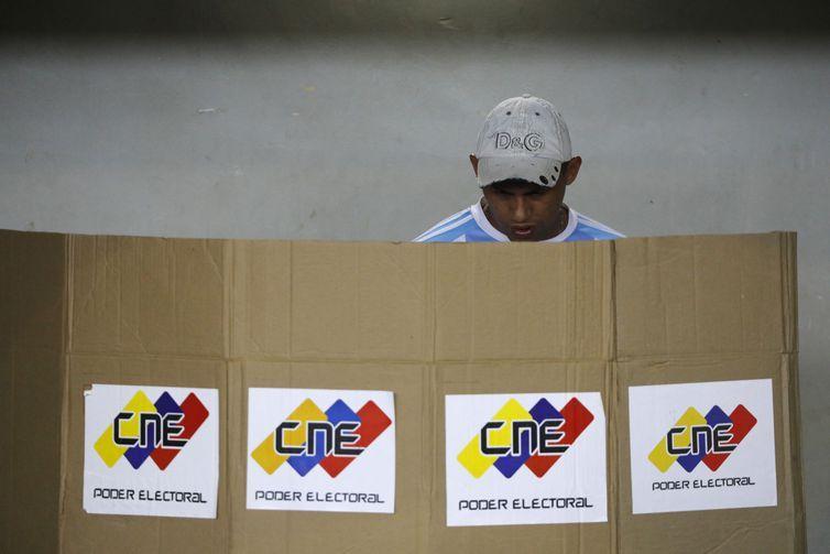 Pouco antes do fim da eleição, campanha de Maduro tenta convencer eleitores a votar.