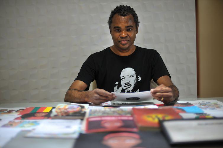 O professor Marcos Reis se tornou referência no desenvolvimento de projetos de combate ao preconceito racial e à promoção da diversidade étnica na escola