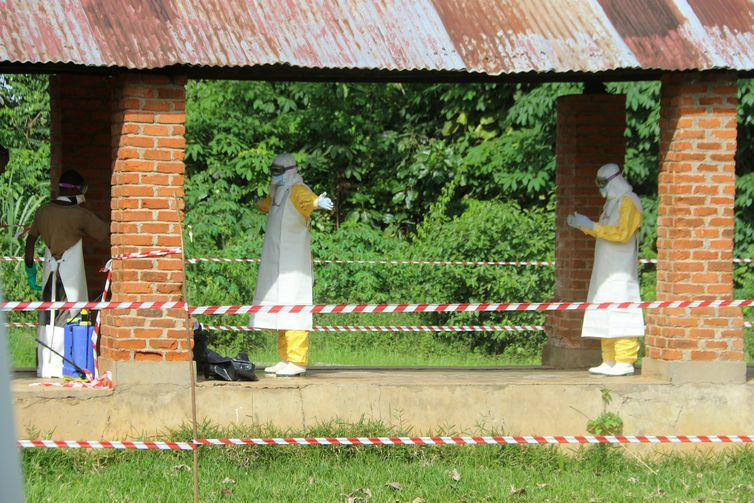 Trabalhadores da saúde são dedetizados após visitarem centro de isolamento de doentes de ebola no hospital de Bikoro, Congo. REUTERS/Jean Robert N