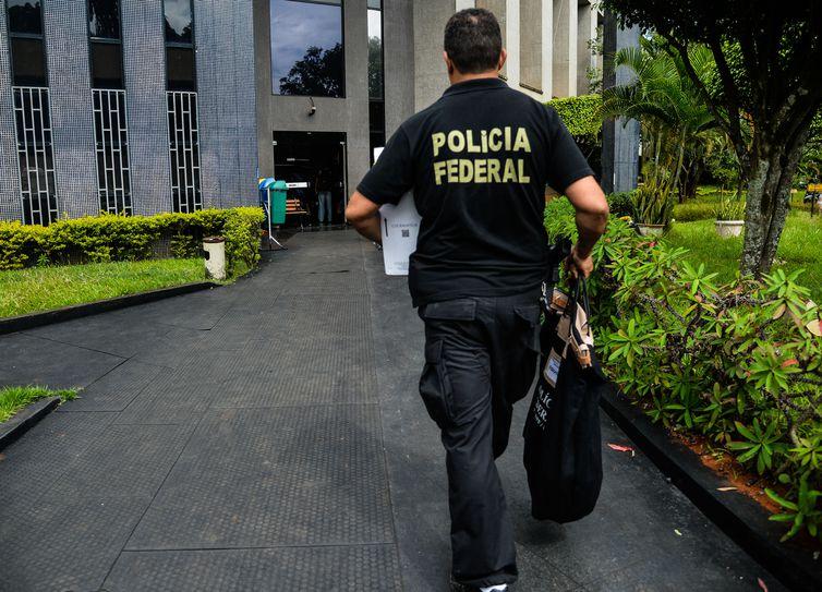 Brasília - A Polícia Federal deflagrou hoje (25) a sexta fase da Operação Zelotes para cumprir 20 mandados de condução coercitiva à delegacia para prestar depoimento e 18 de busca e apreensão, além de duas oitivas no Complexo da Papuda
