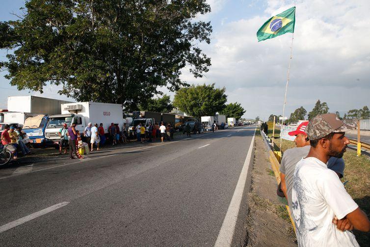 Caminhoneiros ainda ocupam trecho da Rodovia Presidente Dutra, em Seropédica, Rio de Janeiro.