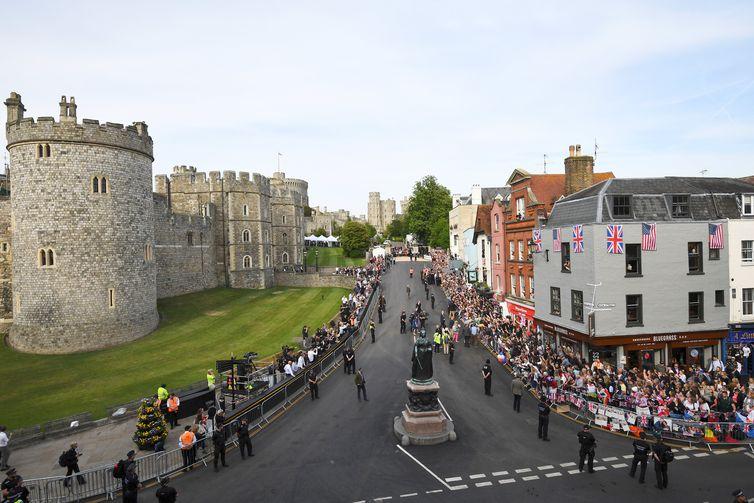 A pequena cidade de Windsor, perto de Londres, está lotada e enfeitada para a cerimônia real