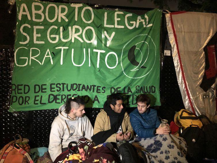 Argentinos acompanham votação da Lei do Aborto