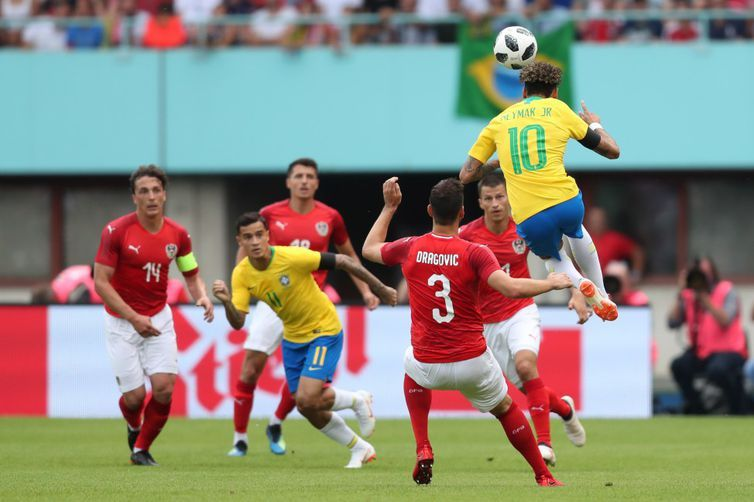 Neymar e Coutinho trocam passes entre quatro defensores austríacos