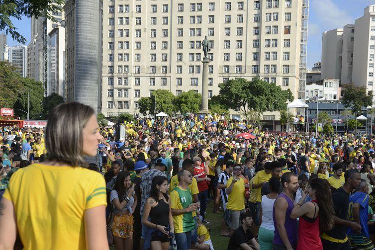 Torcedores lotam Praça Mauá, na região central da cidade para ver o primeiro jogo do Brasil na Copa do Mundo 2018