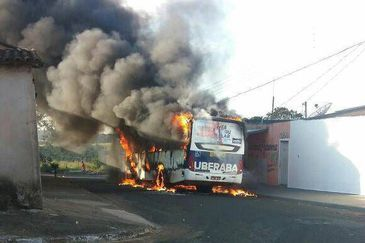 Série de ataques deixam ônibus incendiados em cidades de Minas Gerais