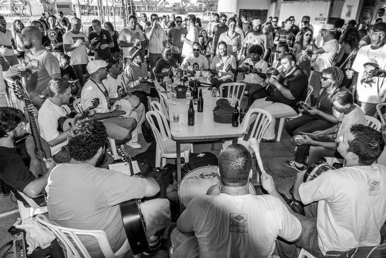 Roda do agrupamento Samba do Sindicatis, de Curitiba, que redescobre a tradição, mesmo longe do Rio de Janeiro.