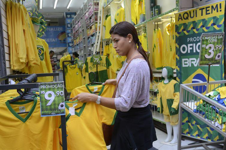 Alessandra dos Santos compra camisas do Brasil no centro da cidade para torcer duranta a Copa do Mundo da Rússia 2018.