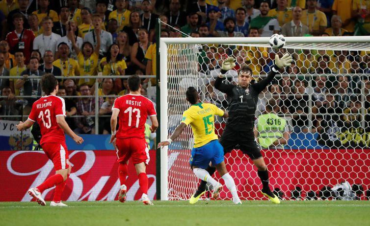 Copa 2018: Brasil e Sérvia. Paulinho, do Brasil, marca o primeiro gol da equipe.