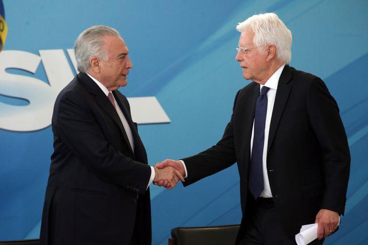 Presidente Temer cumprimenta o ministro de Minas e Energia, Moreira Franco, na solenidade de assinatura do novo Código de Mineração