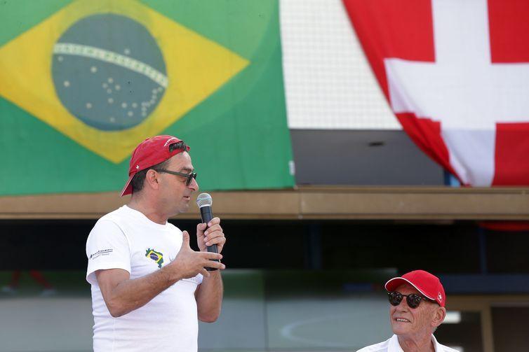 Brasileiros e Suiços assitem jogo na embaixada da Suiça em Brasília