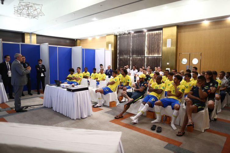 O ex-árbitro brasileiro Wilson Seneme, membro do Comitê de Arbitragem da Fifa, esteve na concentração do Brasil, em Sochi, onde fez palestra para os jogadores da seleção brasileira sobre o árbitro de vídeo
