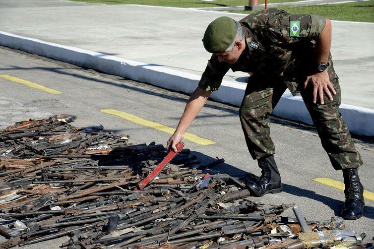 8.549 armas obsoletas e sem condições de uso na atividade policial são destruídas como parte das ações estruturantes conduzidas pelo Gabinete de Intervenção Federal, no Batalhão de Manutenção e Suprimento de Armas do Exército, na Vila Militar,