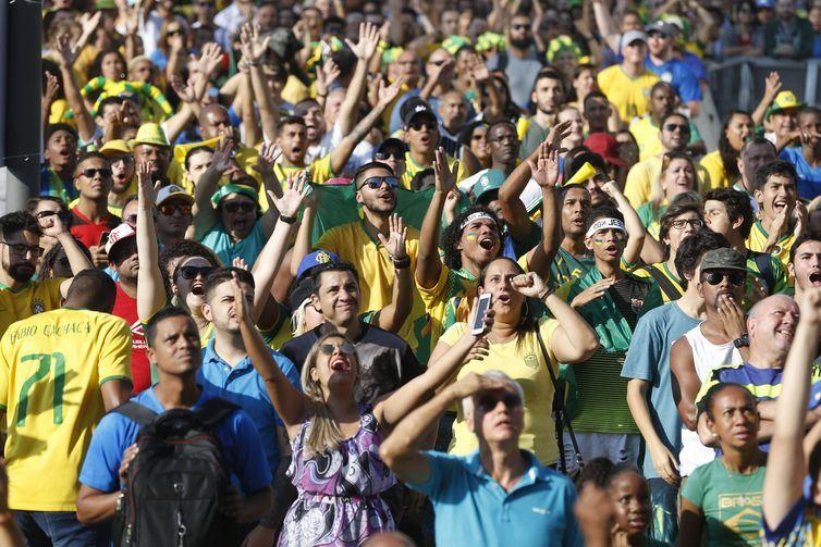 Torcedores assistem jogo da seleção brasileira contra a Costa Rica, na Praça Mauá, região central do Rio