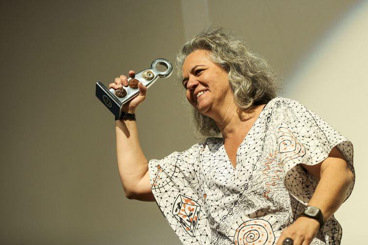 Com o filme Construindo Pontes, Heloísa Passos recebe os troféus Júri Jovem e o grande prêmio Cora Coralina para melhor obra do 20º Festival Internacional de Cinema e Vídeo Ambiental.