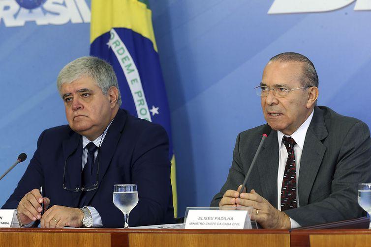 Os ministros da Secretaria de Governo, Carlos Marun, da Casa Civil, Eliseu Padilha, durante coletiva no Palácio do Planalto.