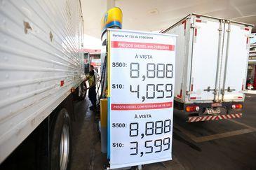 Postos do DF começam a ajustar os preços do diesel com a redução de R$ 0,46.