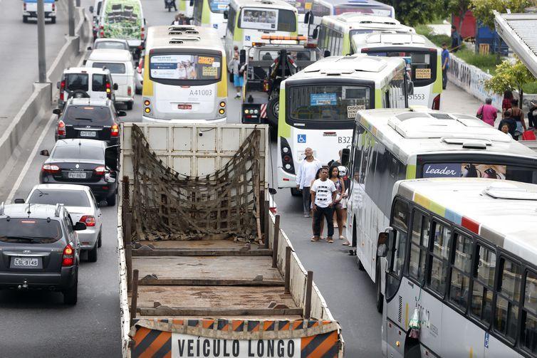 Rodoviários do Rio fazem paralização. Vários ônibus ficam parados na Avenida Brasil com os pneus furados.