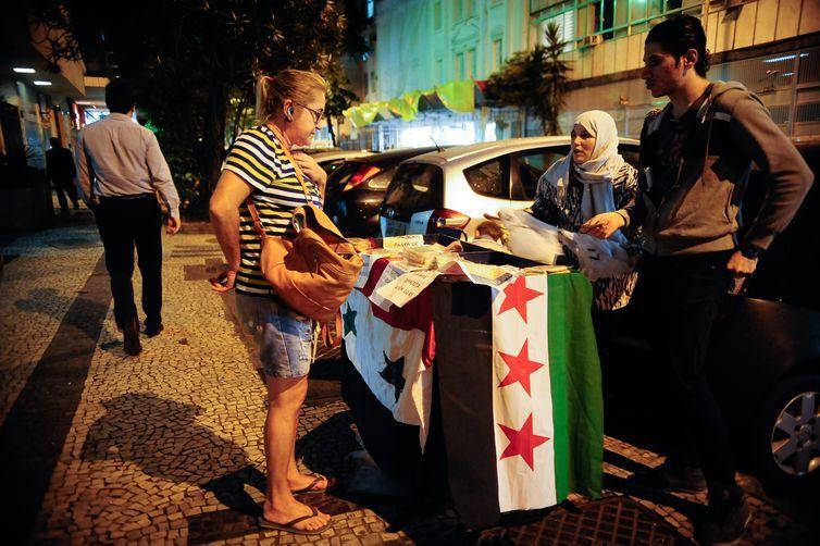 O sírio Armin Nachawaty, 25 anos, vende esfirras com a família no Rio de Janeiro, onde vivem refugiados da guera na Síria (Fernando Frazão/Agência Brasil)