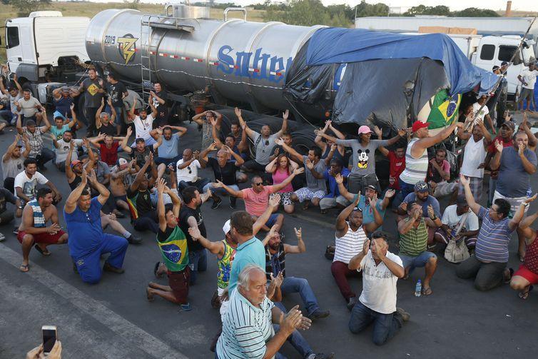 Caminhoneiros protestam na Rodovia Presidente Dutra, em Seropédica, Rio de Janeiro.