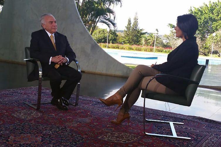 O presidente Michel Temer concede entrevista à jornalista Roseann Kennedy, no programa Nos Corredores do Poder, da TV Brasil