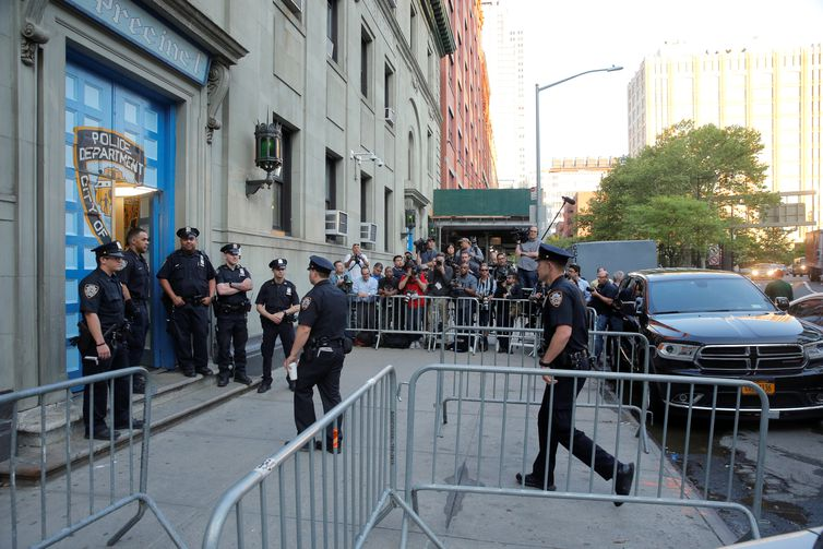 Police officers stand in front of the 1st Precinct in Manhattan REUTERS/Lucas Jackson