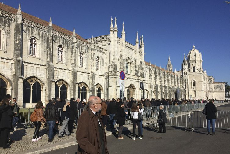 Lisboa - Admiradores formam fila para se despedir do ex-presidente Mário Soares, no Mosteiro dos Jerónimos (Marieta Cazarré/Agência Brasil)