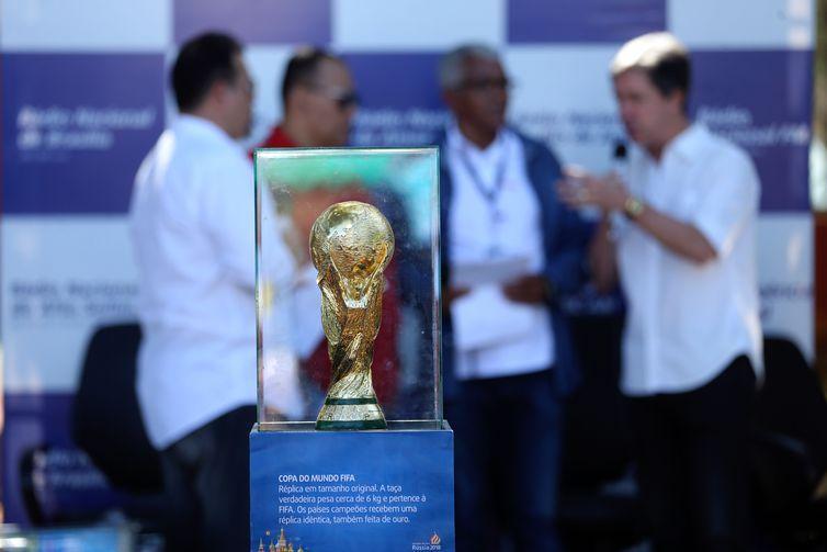 Os âncoras Valter Lima, Estevão Damázio e André Luiz Mendes, comandam o programa Nacional na Copa.