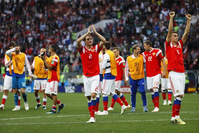 Jogadores da Russia comemoram após vitória sobre a Arábia Saudita